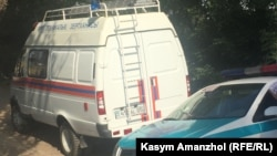 Микроавтобус пожарно-технической экспертизы и полицейский автомобиль. Иллюстративное фото.