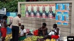 Порт-о-Пренс, оклеенный предвыборными плакатами