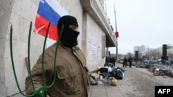 Пророссийский активист стоит с вилами перед зданием Донецкой областной администрации. 11 апреля 2014 года.