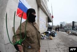 Донецк облыстық әкімшілігі алдында айыр ұстап тұрған ресейшіл белсенді. 11 сәуір 2014 жыл.