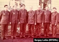 Виктор Чершнев (второй слева) и другие офицеры, 1988