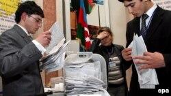 Члены избирательной комиссией сортируют бюллетени после завершения голосования на референдуме. Баку, 18 марта 2009 года.