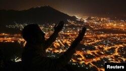 Меккеге қажылыққа барған адам. Сауд Арабиясы, 9 қараша 2010 жыл. (Көрнекі сурет)