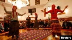 Türkiýe, alewiler namaz wagtynda ybadat edýärler. Stambul, 3-nji aprel, 2008.