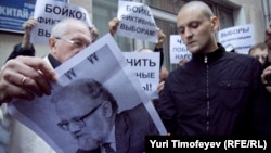Сергей Удальцов (справа) на акции у ЦИК РФ, 12 сентября 2011