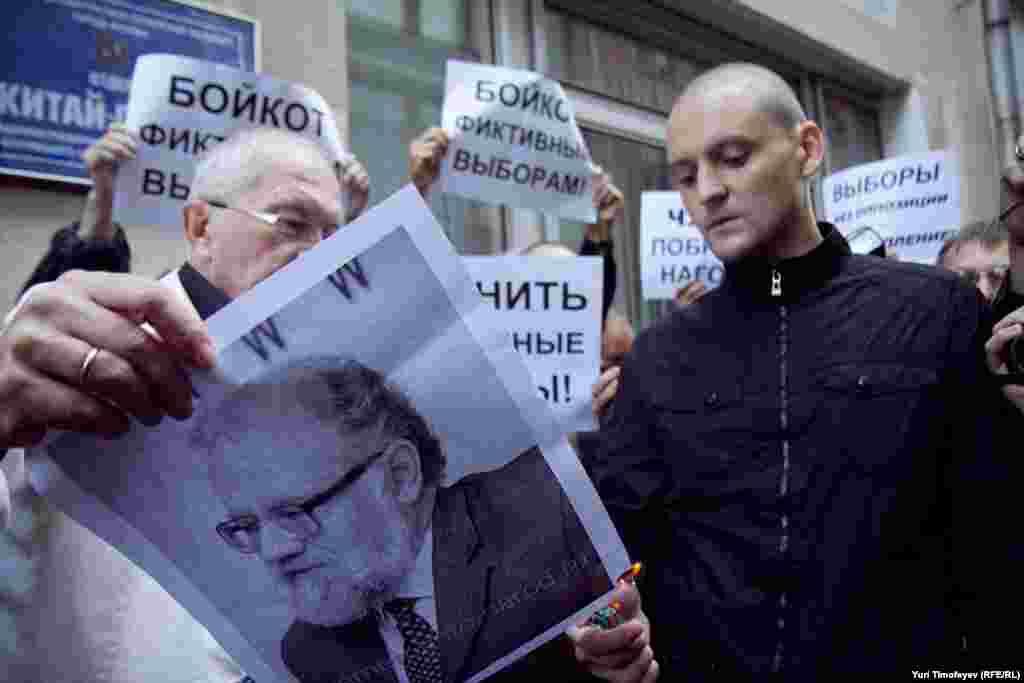 Основной темой акции было требование к председателю Центризбиркома Владимиру Чурову выполнить обещание, данное на прошлых выборах, и побриться наголо.