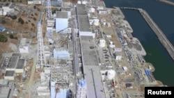 АЕС «Фукусіма-1» через кілька днів після цунамі: корпуси кількох енергоблоків зруйновані вибухами водню, коли цунамі вивела з ладу систему охолодження