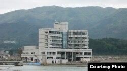 Япония -- Здание после цунами в префектуре Ивате, 03 мая 2011. Фото Мисато Косуге