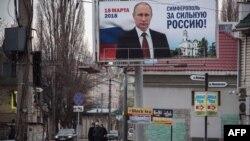 İşğal edilmiş Simferopolda Putinin seçki plakatı