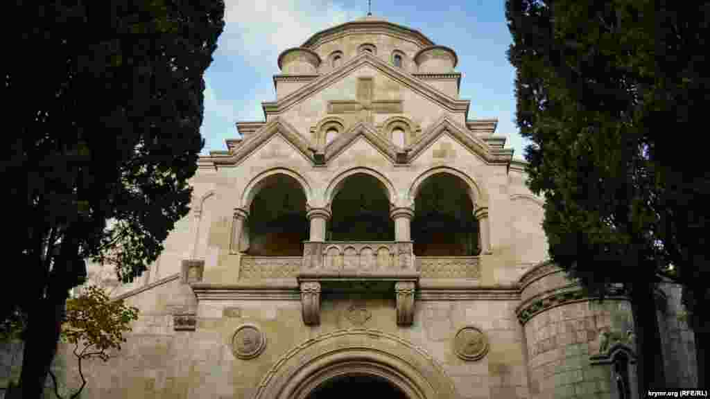 У південній частині церкви, в цокольному поверсі, розташований склеп, а над ним балюстрада з балконом, звідки проводилися проповіді