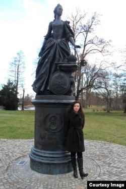 Тамара Рейсиг у памятника императрице Екатерине в городе Цербст в Германии, в годы правления которой в России возникли немецкие поселения в Поволжье. Поволжские немцы были депортированы в Сибирь и в Казахстан во время сталинских репрессий.
