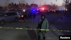 Афганский полицейский рядом с местом взрыва рядом с российским посольством в Кабуле. 20 января 2016 года.
