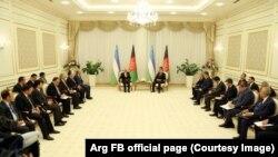 Presidenti uzbek, Shavkat Mirziyoyev dhe delegacioni i presidentit afgan, Ashraf Ghani, foto nga arkivi.