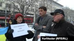 Акция в Берлине. Публицистка Соня Марголина, журналист Борис Райтшустер и историк Карл Шлёгель. 30 декабря
