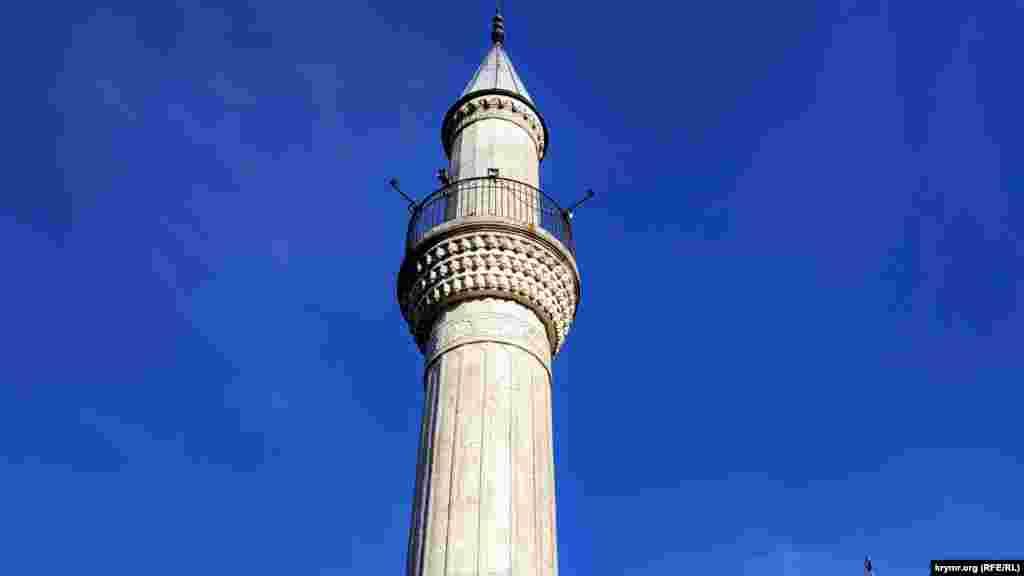Після депортації кримськотатарського народу, коли мечеть стали використовувати як клуб, влада розпорядилася знести мінарет. За словами очевидців, його обв'язали тросом і потягнули трактором. Але зруйнувати вежу не вдалося через особливості будівлі