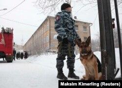 Полицейский у школы №127, Пермь, 15 января