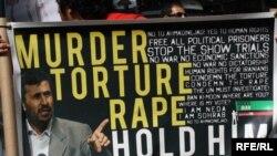 پوستر اعتراضی به نقض حقوق بشر در ایران در تظاهرات اعتراضی به حضور محمود احمدی نژاد در جریان نشست سازمان ملل در سال گذشته.