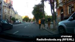 Люди, які представляються поліцейськими, перешкоджають журналістам «Схем» знімати