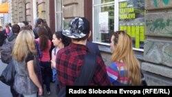 Red ispred jedne od sarajevskih biblioteka na dan besplatnog učlanjenja, 7.maj 2014.