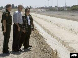 АҚШ президенті кезінде Джордж Буш (ортада) АҚШ-Мексика шекарасымен танысып тұр. Сан-Луис, 18 мамыр 2006 жыл