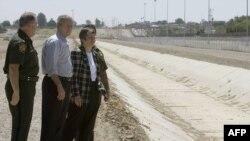 Попередній президент США Джордж Буш оглядає загорожу на кордоні з Мексикою в Аризоні, травень 2006 року