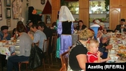 Омски өлкәсе татарларының өлкәннәргә багышланган кичәләреннән күренешләр