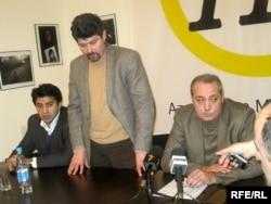Elmar Hüseynov Fondunun rəhbəri Şahbaz Xuduoğlu (ortada) jurnalistin anım tədbirində, 1 mart 2010
