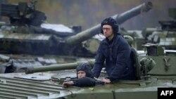 Арсеній Яценюк під час відвідин полігону у Львівській області, 21 жовтня 2014 року