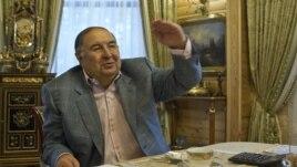 Әлішер Усманов үйінде Reuters тілшілеріне сұхбат беріп отыр. Мәскеу, 24 қыркүйек 2012 жыл.