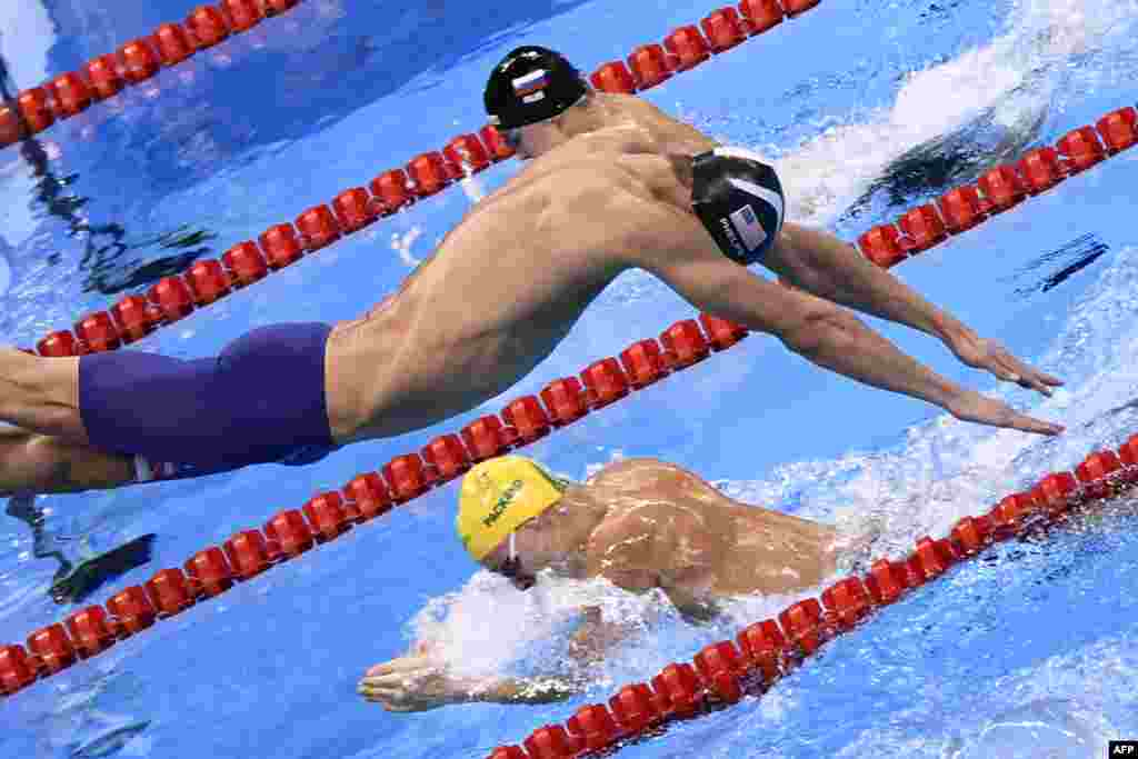 Американец Майкл Фелпс, выигравший в Рио пять золотых медалей, стартует на своем этапе в комбинированной эстафете 4×100 метров. 13 августа 2016 года.