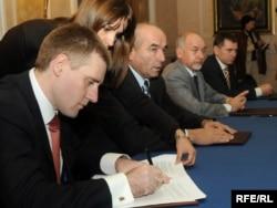 Vječeslav Kirilov, Igor Lukšić Branko Vujović potpisuju memorandum o reorganizaciji u KAP-u, 2009.