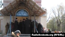 Громади православних церков Московського та Київського патріархату не можуть потрапити до церкви, тому проводять богослужіння у дворі