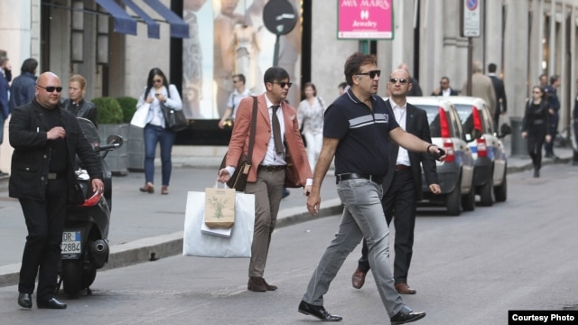 "Georgian President Mikheil Saakashvili (right) shops in Milan. (Photo courtesy of Georgian newspaper ""Alia"")"
