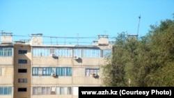 """Вид на дом, в котором укрывались предполагаемые террористы. Фото с сайта """"Ақ Жайық""""."""