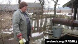 Ірына Сянчук, жыхарка Галавічоў, бярэ ваду на пробу з свайго калодзежа