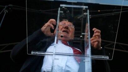 """Šešelj (na fotografiji) je čvrsto rešen da svoju ulogu morbidnog pajaca odigra do kraja, do spuštanja zavese."""