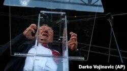 Vojislav Šešelj osuđeni je ratni zločinac, govori isto što i prije, prijeti ponavljanjem zločina, vrijeđa koga hoće i – sjedi u Skupštini Srbije