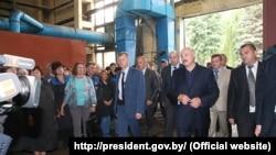 Аляксандар Лукашэнка падчас наведваньня магілёўскага завода «Строммашына». 22 ліпеня 2016 году