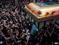 İran - Tehrandakı Kərbəla məscidində Aşura mərasimi