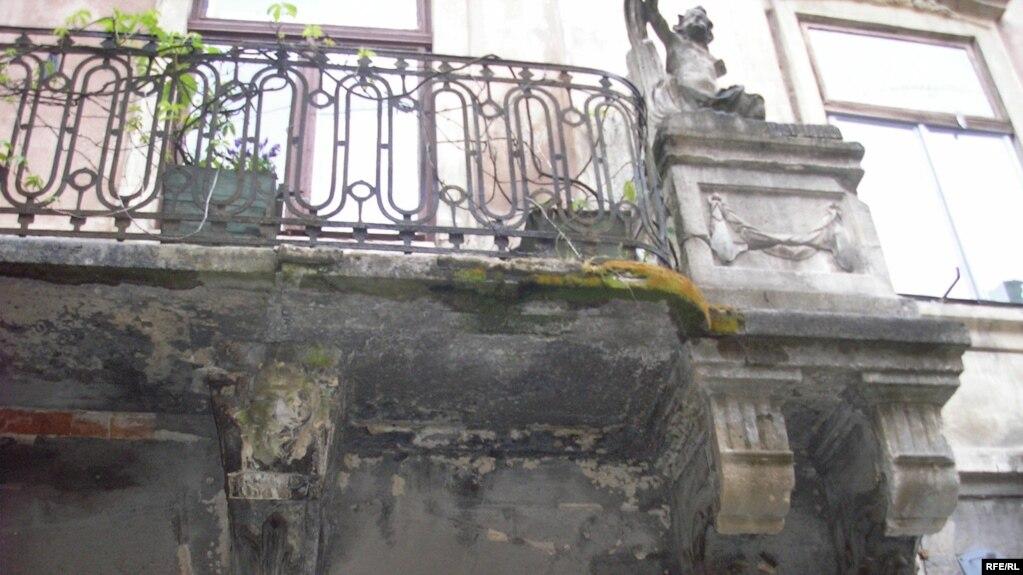 Місто падаючих балконів. Вчора на голови івано-франківцям мало не впав ще один історичний балкон (фото)