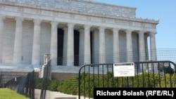 Закрытый из-за кризиса в американском правительстве Мемориал Линкольна. Вашингтон, 2 октября 2013 года.