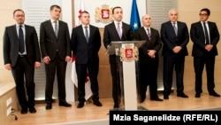 Несмотря на заверения Ираклия Гарибашвили о том, что все представленные кандидаты – профессионалы и хорошие менеджеры, кроме Созара Субари обществу другие министры малоизвестны. Все они «кадры» самого премьера