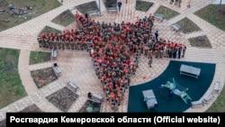 Школьников выстроили в виде пятиконечной звезды во время празднования Дня народного единства в Кемерове