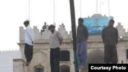 صحنه اعدام چهار متهم به قتل در شهرستان دشتستان استان بوشهر که تیرماه گذشته به دار آویخته شدند.(عکس: ارم نیوز)