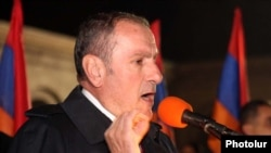 Armenia -- Opposition leader Levon Ter-Petrosian speaks at a rally in Yerevan, 9Nov2010.
