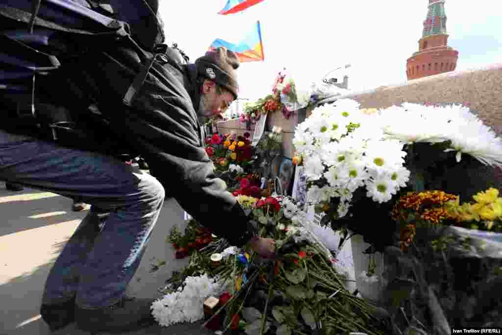 Мәскеуде жалғыз адамдық пикеттер өткізгендер акция соңынан биыл ақпанда оппозициялық саясаткер Борис Немцов қастандықпен өлтірілген жерге келіп гүл қойды. Мәскеу, 19 сәуір 2015 жыл.