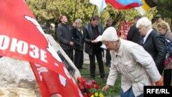 Під час покладання вінків і квітів до меморіального каменя в пам'ять жертв «червогого» терору у Сімферополі, 16 листопада 2009 р.