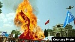 Протестларда Кытай байрагы яндырылды