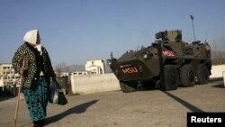 Blindat austriac al trupelor KFOR pe podul ce separă etnic oraşul Mitrovica din nordul Kosovo.