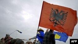 Косово албандары Косово мен Албания туларын ат арбаға бекітіп алып желіп барады. Митровица, 17 ақпан 2010 жыл